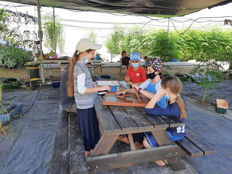 ילדים משחקים בפאזל ונהנים במבוכי המורינגה של יערות מורינגה